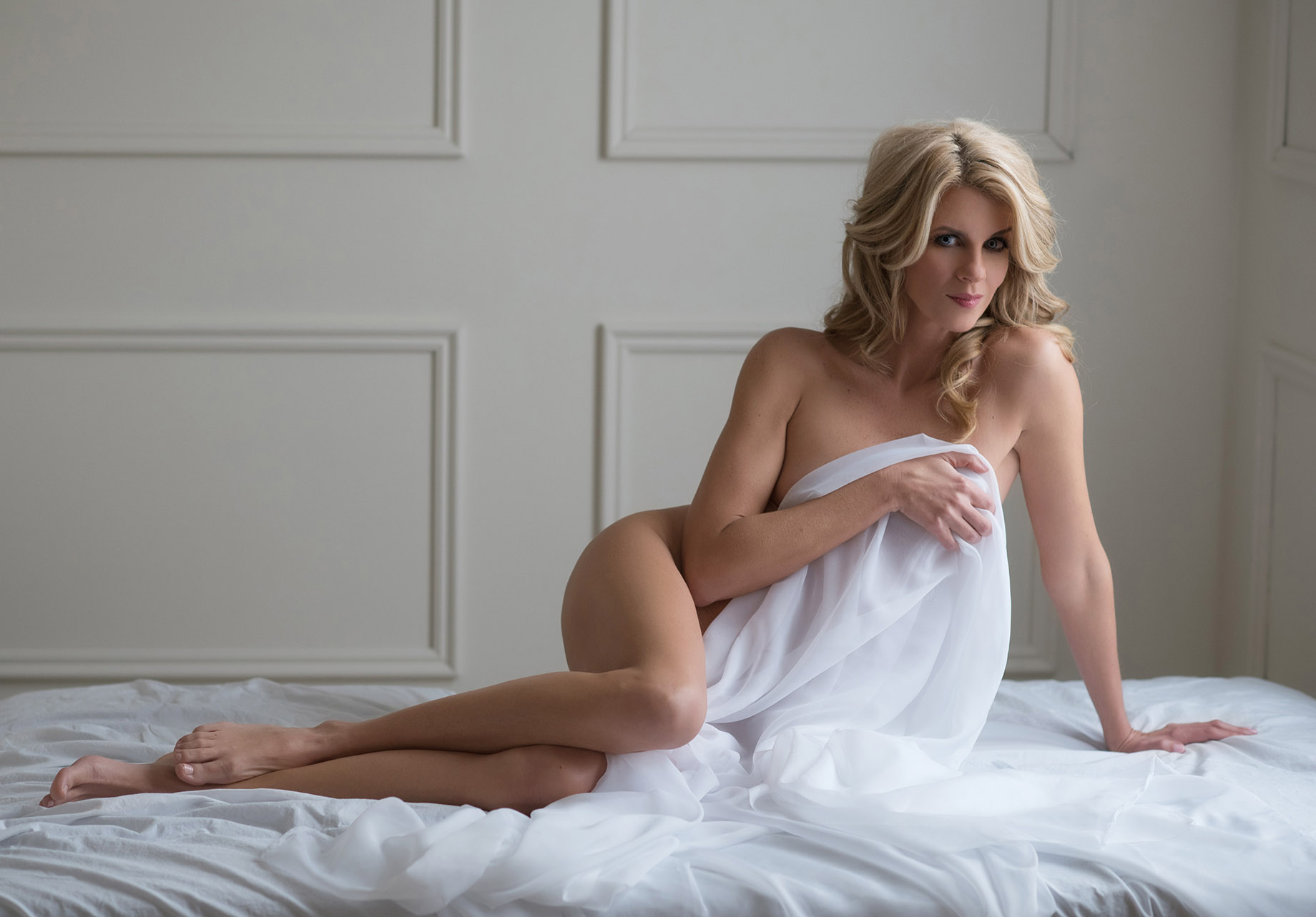 Boudoir photo poses that will make her look drop